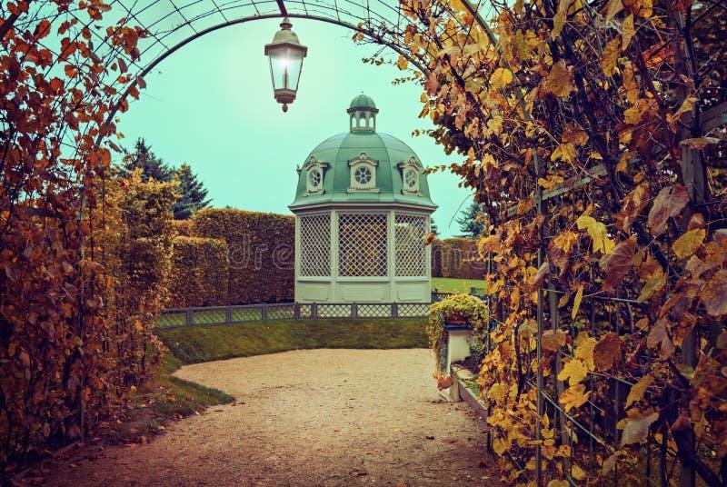 Gazebo en parque del otoño fotografía de archivo libre de regalías
