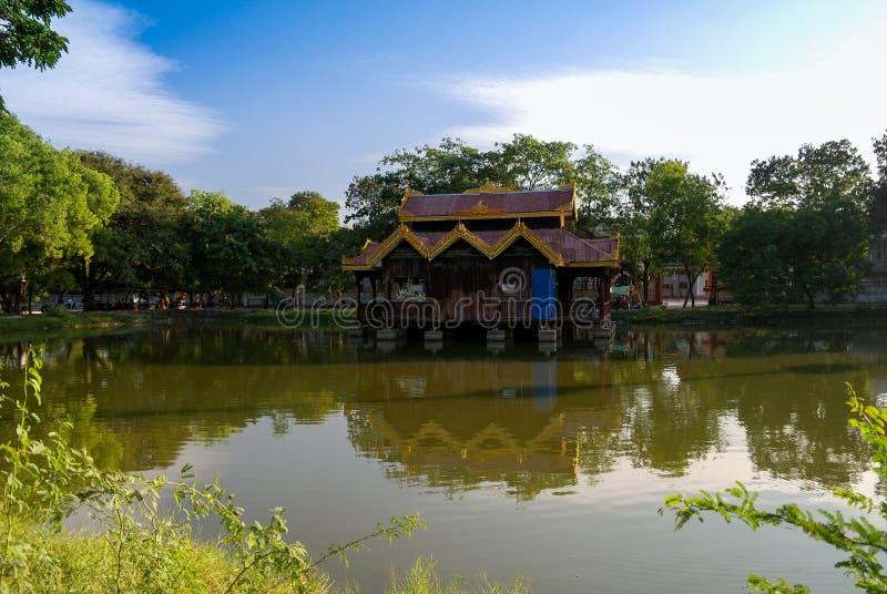 Gazebo entlang Teich in Mandalay, Myanmar lizenzfreie stockbilder