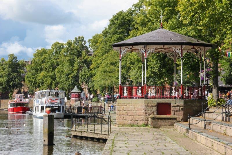 Gazebo am Fluss Dee Kai. Chester. England stockbild