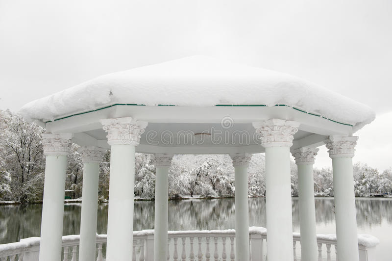 Gazebo hermoso con las columnas en el fondo del paisaje del invierno imagen de archivo libre de regalías
