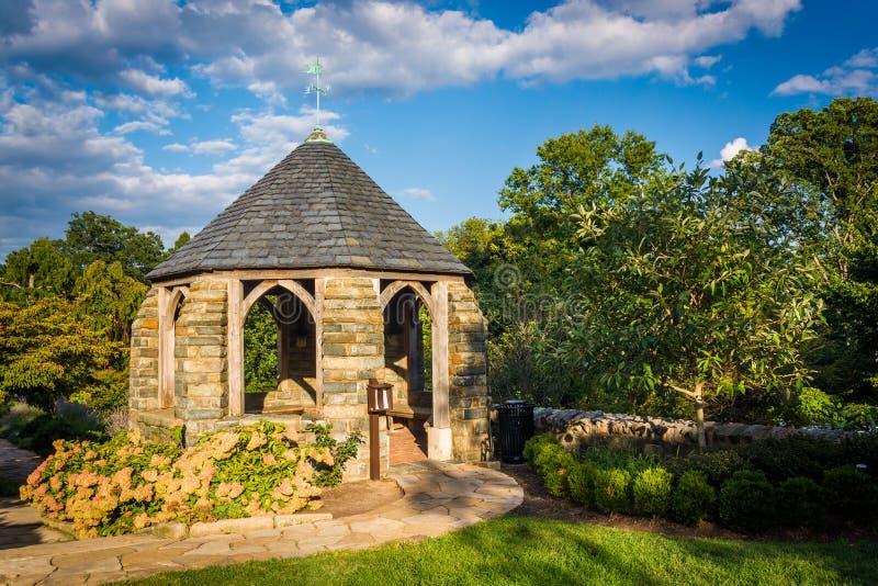 Gazebo i biskopens trädgård och Washington National Cathed royaltyfria bilder