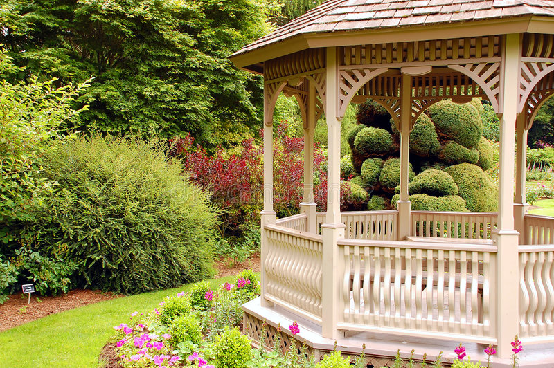 Gazebo im Garten stockfotos