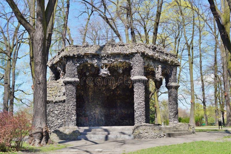Gazebo met cement en travertijn - een replica van de beroemde grot van lava - stadspark stock foto