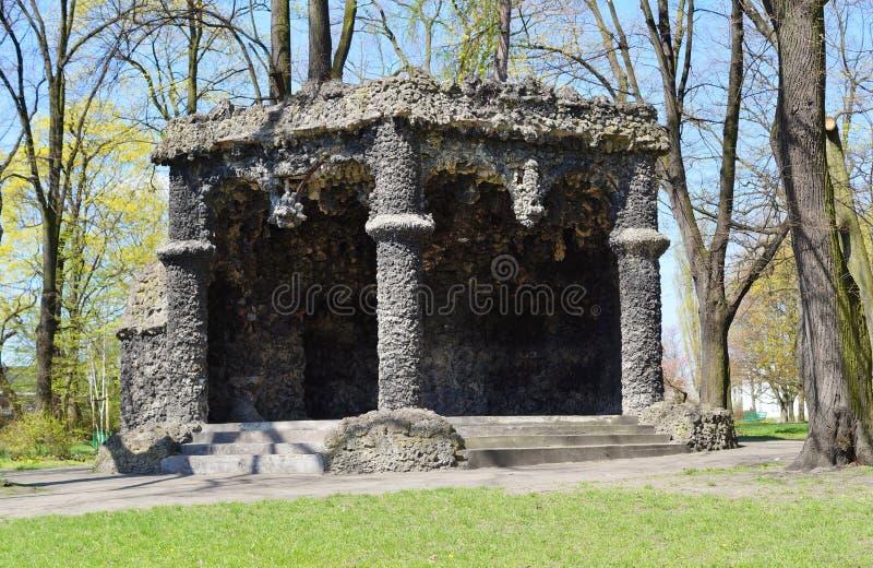Gazebo met cement en travertijn - een replica van de beroemde grot van lava - stadspark stock fotografie