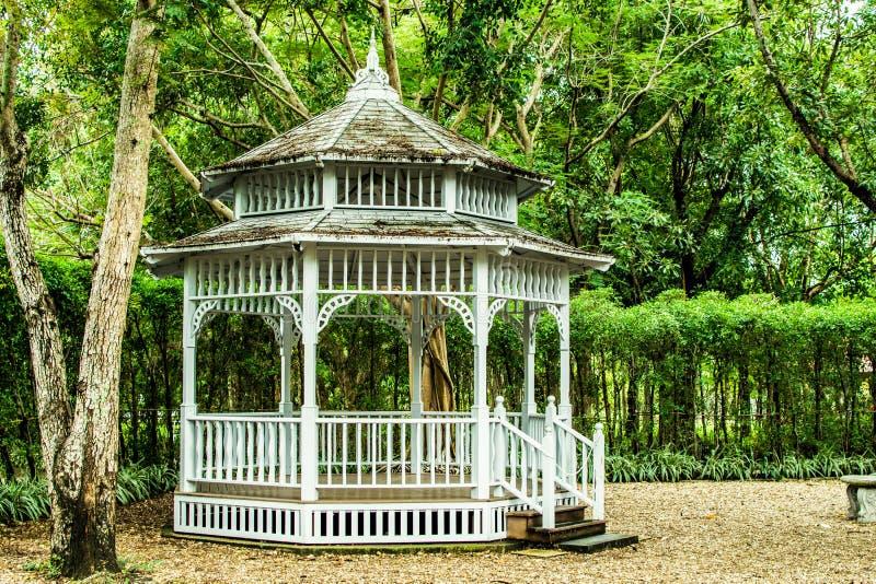 Gazebo moderno blanco hermoso del estilo en el parque imagenes de archivo