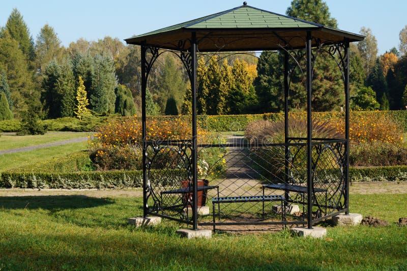 Gazebo nel giardino botanico di autunno immagini stock libere da diritti