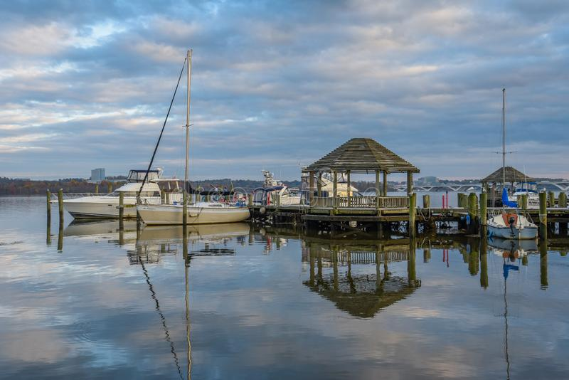 Gazebo och fartyg på stranden i Alexandria, Virginia arkivfoton