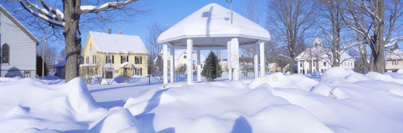 Gazebo och town i vinter fotografering för bildbyråer