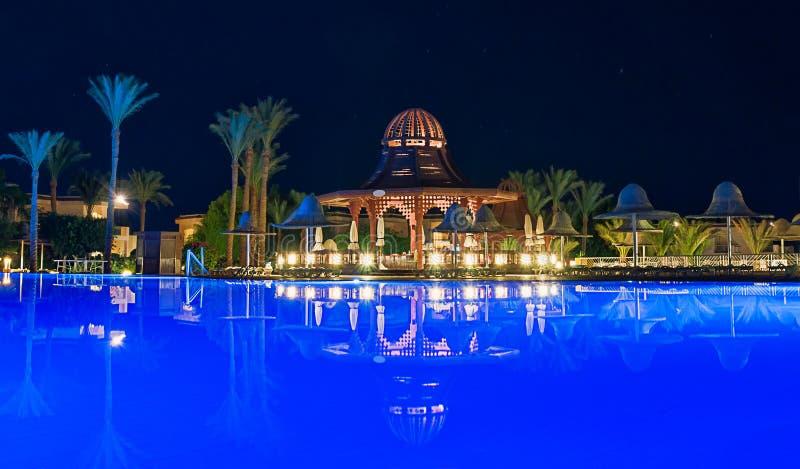 gazebo, op de rand van de pool, stock afbeelding