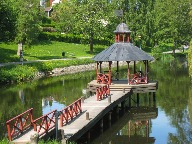 Gazebo op de Stangan-rivier. Linkoping. Zweden stock fotografie