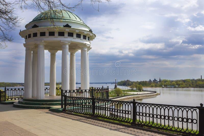 Gazebo op de Volga Rivier, Yaroslavl, Rusland royalty-vrije stock fotografie