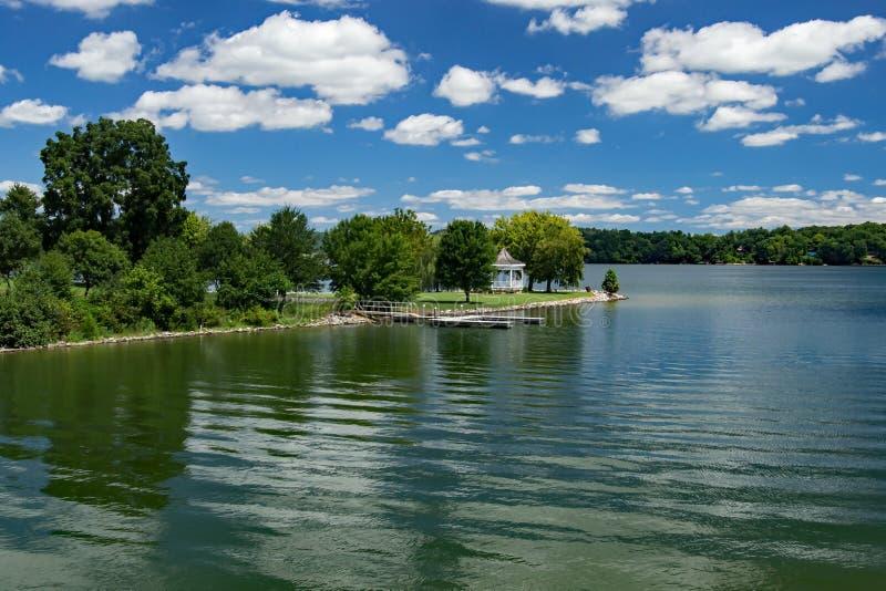Gazebo på Claytor Lake State Park, USA fotografering för bildbyråer