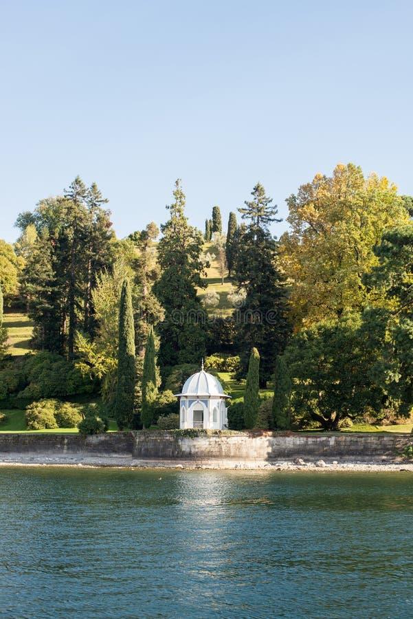 Gazebo på Como sjön, Italien arkivbild