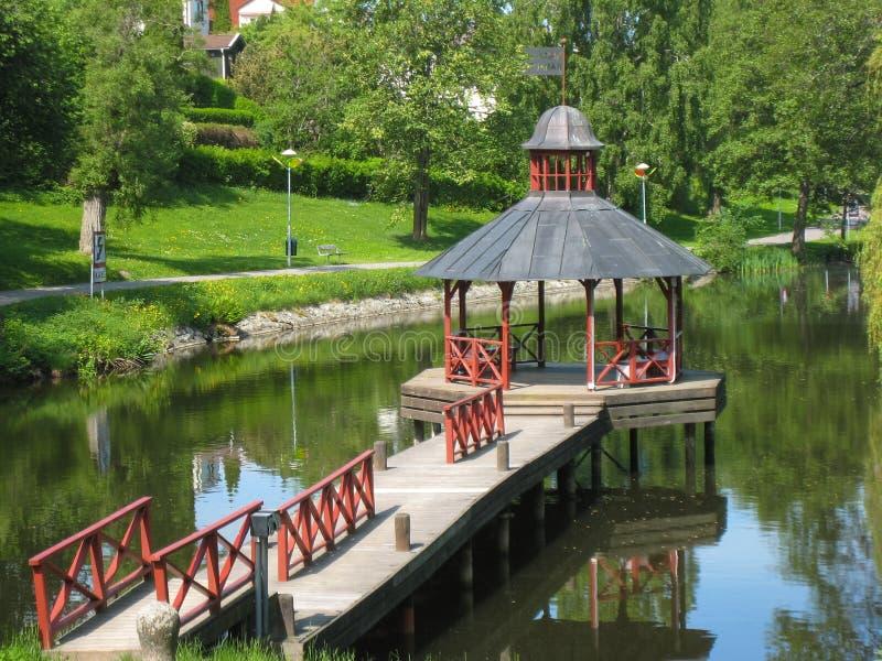 Gazebo på den Stangan floden. Linkoping. Sverige arkivbild