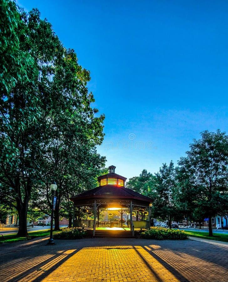 Gazebo in parco con il tramonto fotografia stock