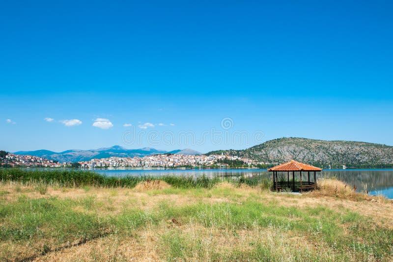 Gazebo por el mar, paraíso anaranjado en el lago imagen de archivo
