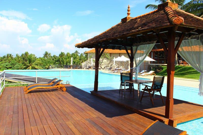 Gazebo por la piscina en el hotel Saman Villas imagen de archivo libre de regalías