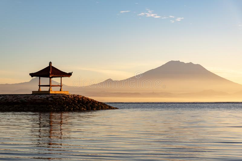 Gazebo przy Sanur pla?? z Mt Agung wulkanu t?em podczas wsch?d s?o?ca fotografia royalty free