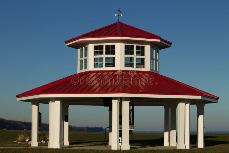 Gazebo rojo y blanco de la orilla del lago fotografía de archivo libre de regalías