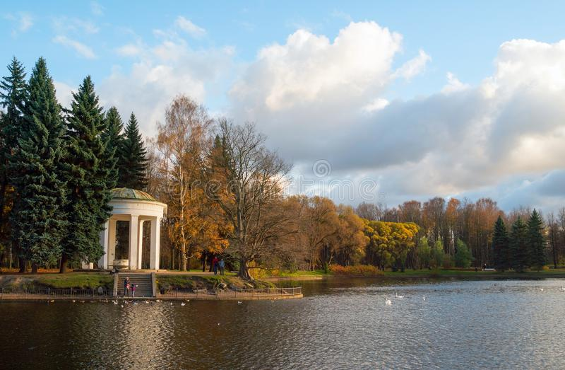 Gazebo-rotunda στις τράπεζες της λίμνης του Κύκνου το φθινόπωρο στοκ εικόνες