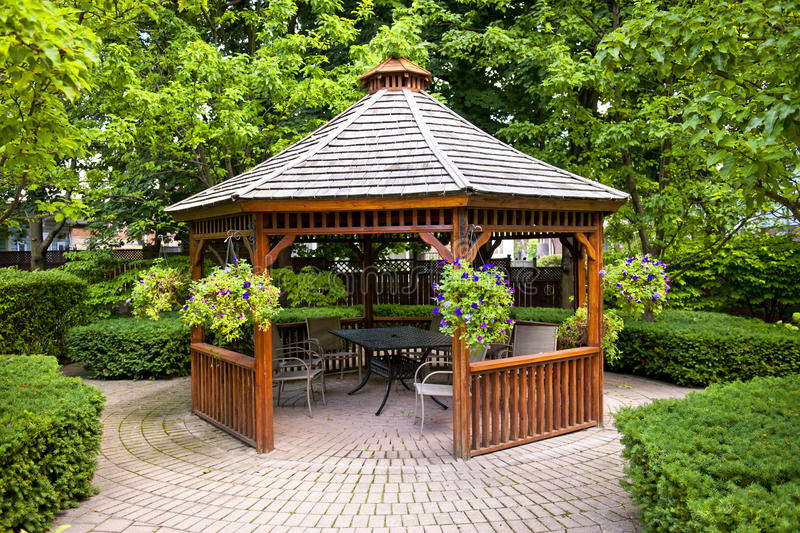 Gazebo in tuin stock foto