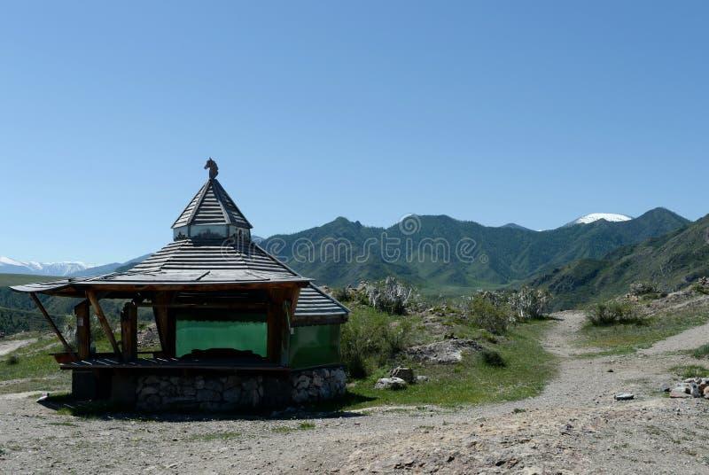Gazebo turístico en el área del valle de Chui-Katun República de Altai imagen de archivo libre de regalías