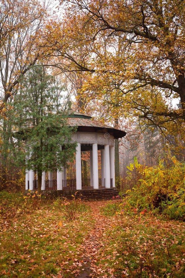 Gazebo viejo en el parque del otoño fotos de archivo