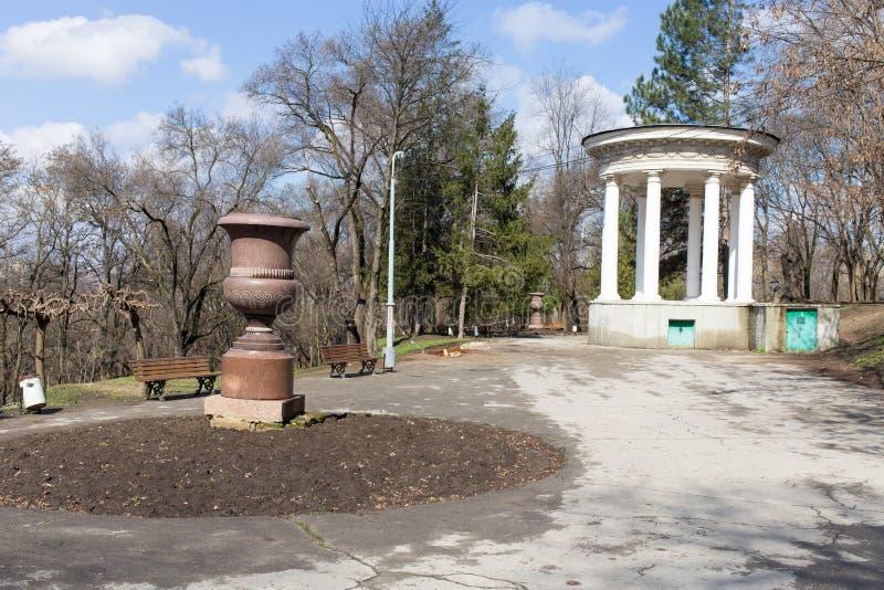 Gazebo z kolumnami w parku obraz stock