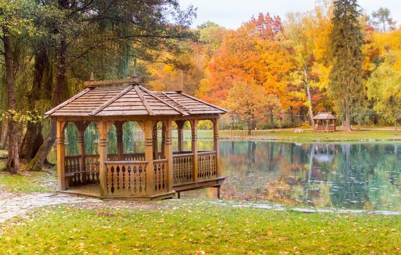 gazeboen på sjön parkerar royaltyfria bilder