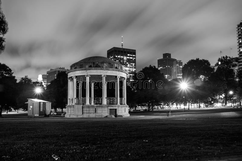 Gazeebo mot stad på natten fotografering för bildbyråer