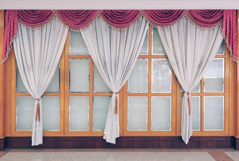 Gazes et plancher blancs de rideau aux fenêtres de plafond photos stock
