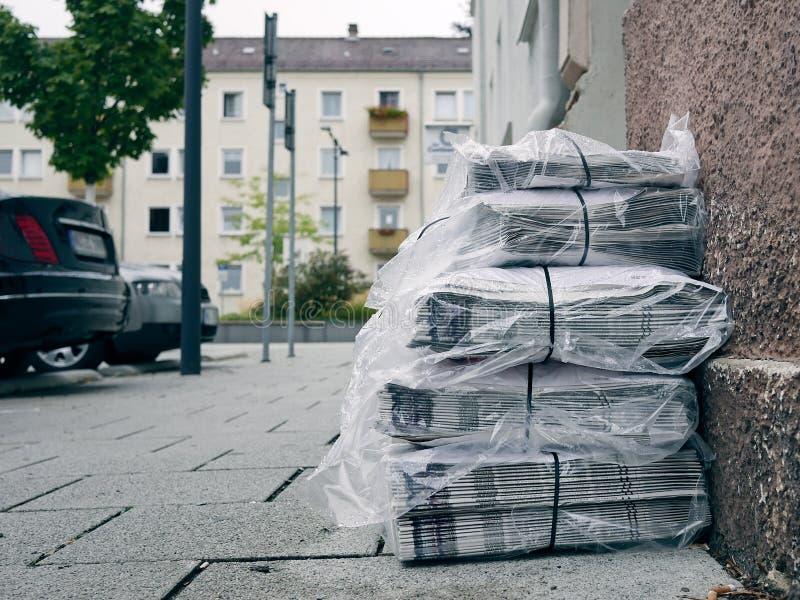 Gazetowa sterta na ulicie obraz stock