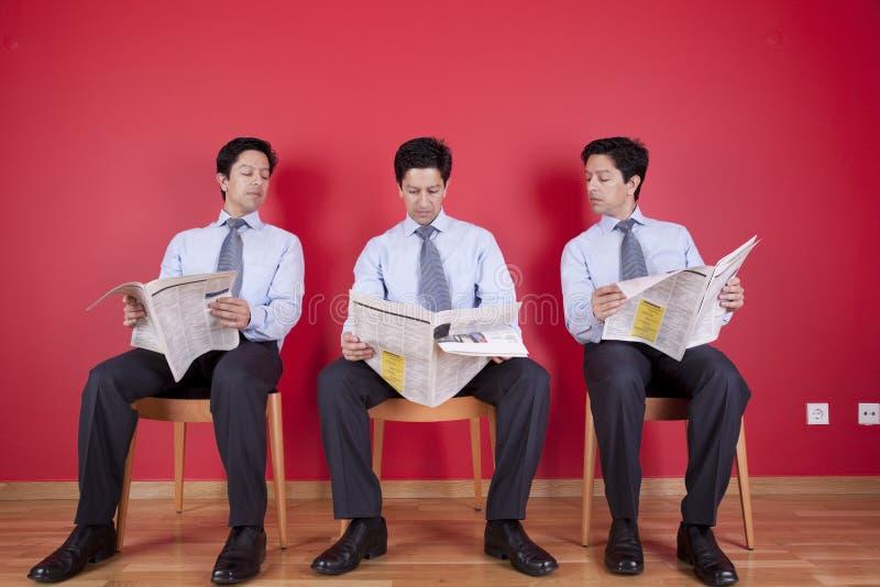gazetowy biznesmena czytanie trzy fotografia stock