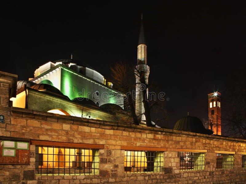 Gazi在萨拉热窝Husrev乞求清真寺和Sahat库拉(钟楼) 达成协议波斯尼亚夹子色的greyed黑塞哥维那包括专业的区区映射路径替补被遮蔽的状态周围的领土对都市植被 库存照片