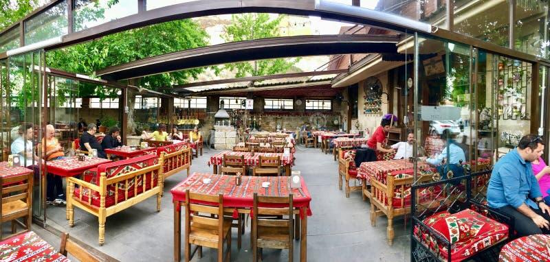 GAZIANTEP TURCJA, MAJ, - 11, 2019: Panoramiczny widok na wolnym powietrzu cafeTurkish kahvehane fotografia stock