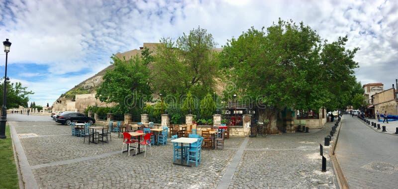 GAZIANTEP, TURQUÍA - 11 DE MAYO DE 2019: Vista panorámica de un kahvehane cafeTurkish del aire abierto fotos de archivo
