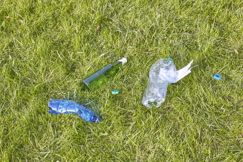 Gazon śmiecący z butelkami zdjęcie stock