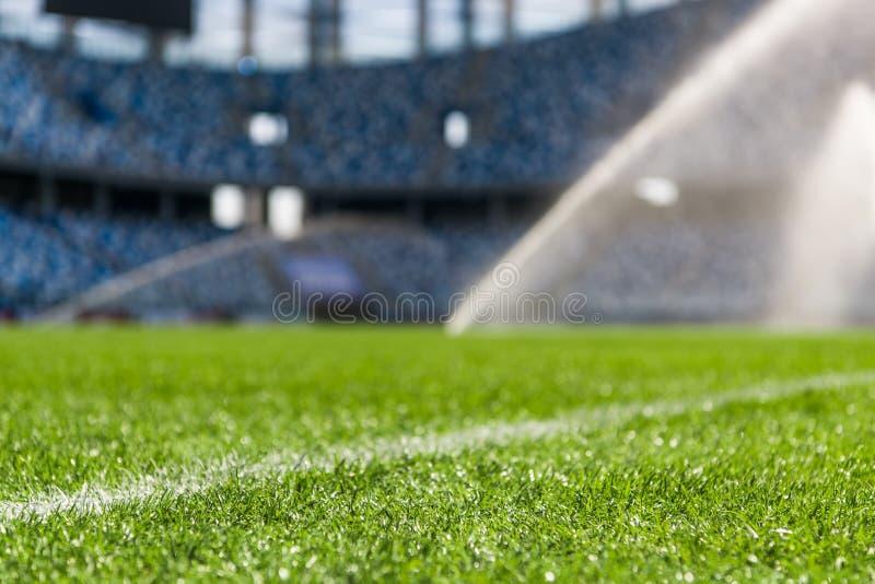 Gazon d'irrigation Terrain de football de arrosage d'arroseuse photo stock