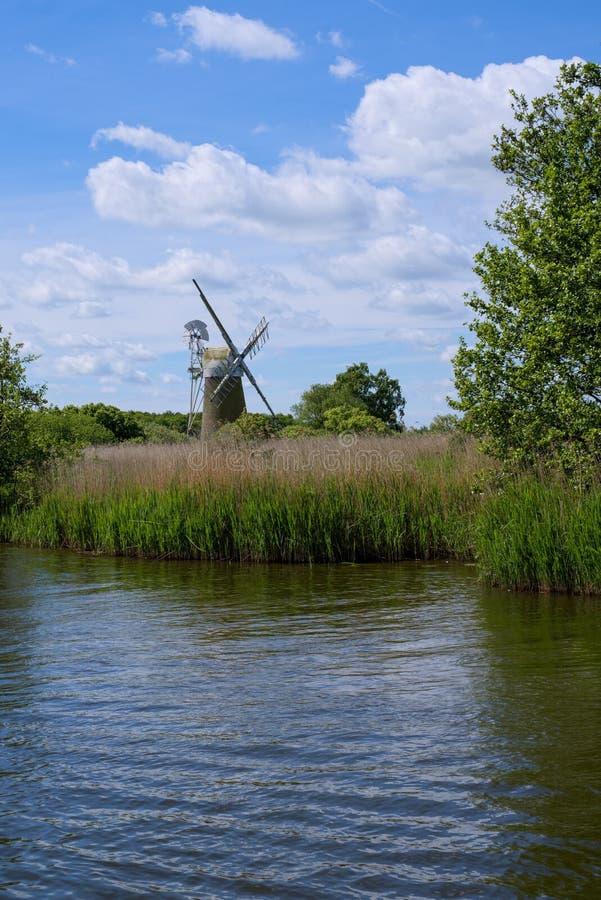 GAZON DE BARTON, NORFOLK/UK - 23 MAI : Vue de moulin de marais de gazon chez Bart images libres de droits