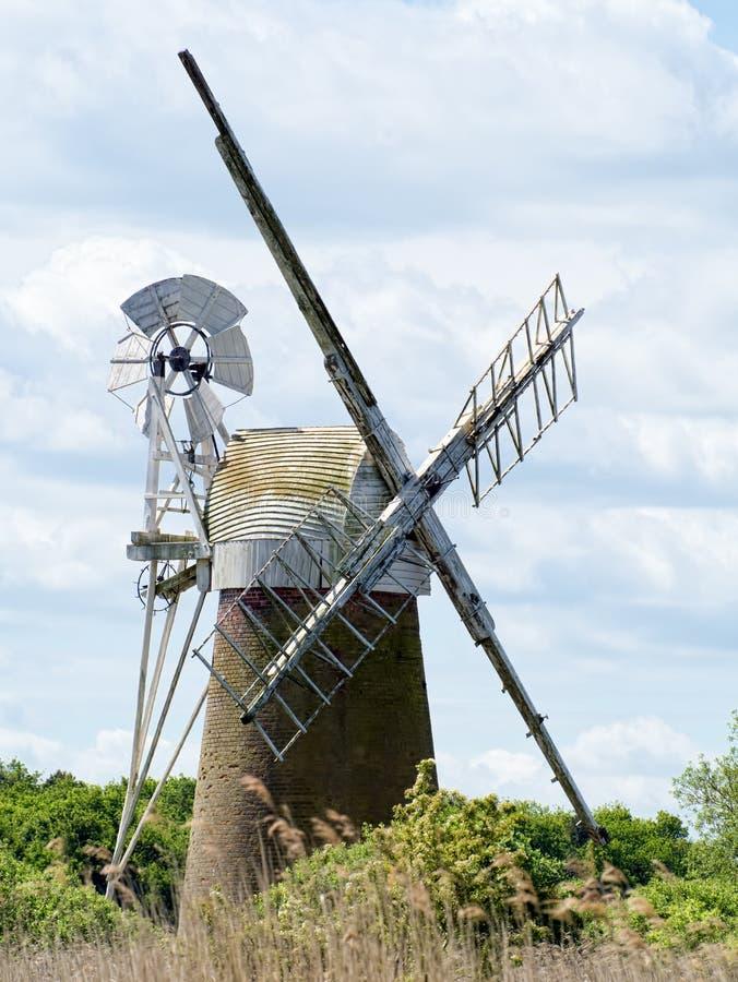 GAZON DE BARTON, NORFOLK/UK - 23 MAI : Vue de moulin de marais de gazon chez Bart photo libre de droits