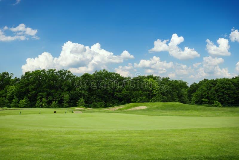 Gazonu i piaska bunkiery dla grać w golfa na polu golfowym obrazy royalty free