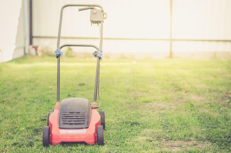 Gazonu kosiarz ciie zielonej trawy, kośba gazonu na trawie w c/ obraz stock