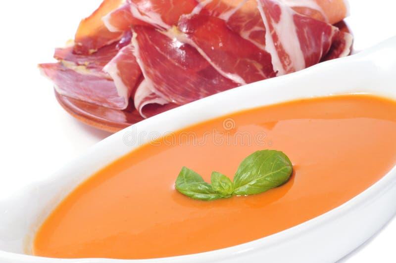 Gazpacho et jambon espagnol de serrano photographie stock