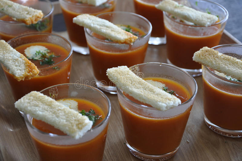 Gazpacho på ett uppläggningsfat arkivfoto