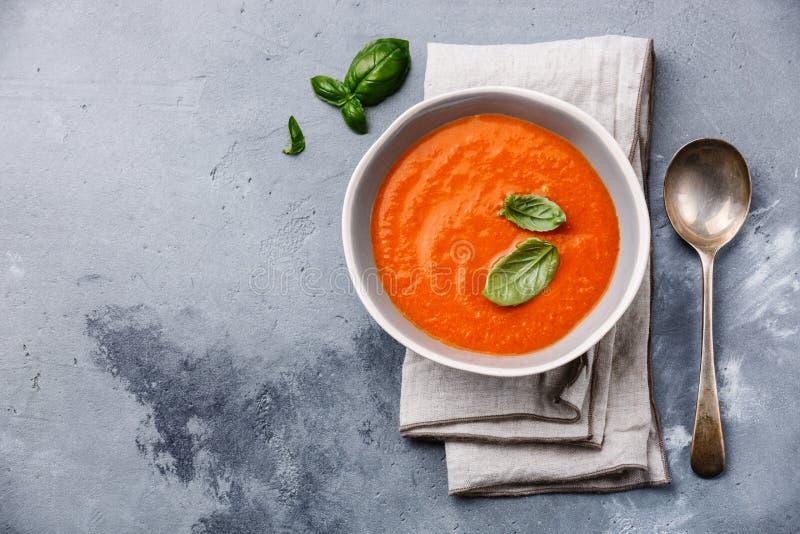 Gazpacho soppa med grön basilika royaltyfria foton