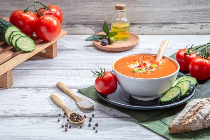 gazpacho Traditionele Spaanse tomatensoep met verse tomaten, verse komkommer en olijfolie, op witte houten basis royalty-vrije stock afbeeldingen