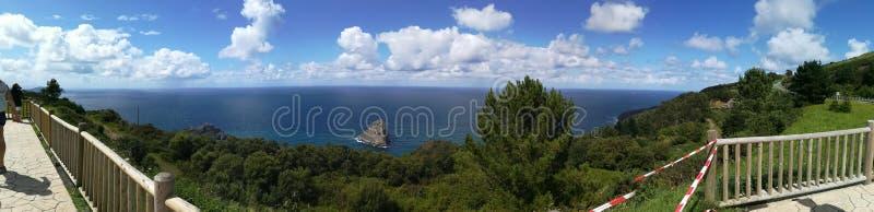 Gaztelugatxe-panoramica lizenzfreie stockfotos