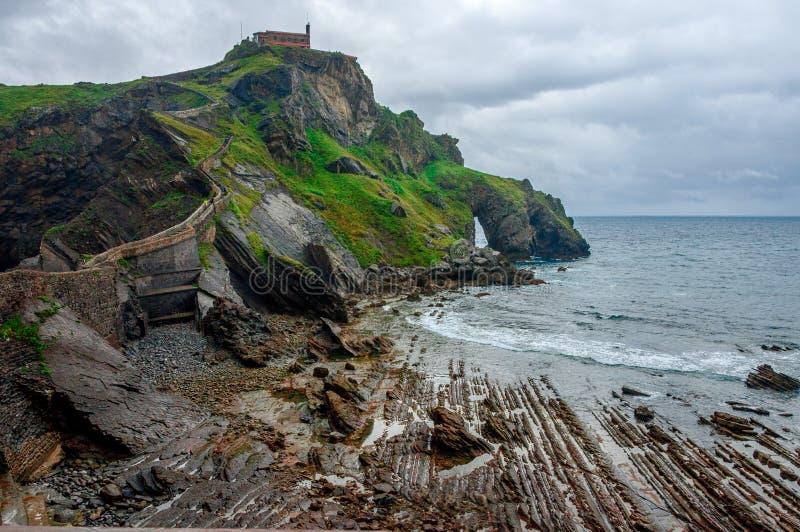Gaztelugatxe spain País Basque Ilhota bonita da paisagem na costa de Biscaia foto de stock royalty free