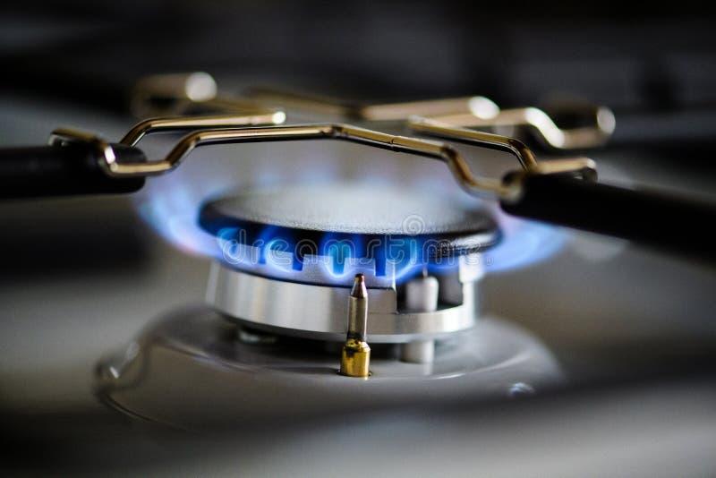 Gazu naturalnego palenie na kuchennej benzynowej kuchence obrazy stock