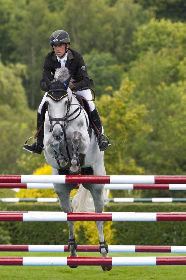 GBR: O cavaleiro Hickstead salta o derby 2011 foto de stock